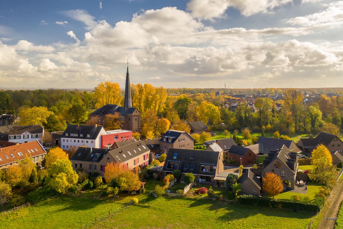 Ein Dorf im Herbst