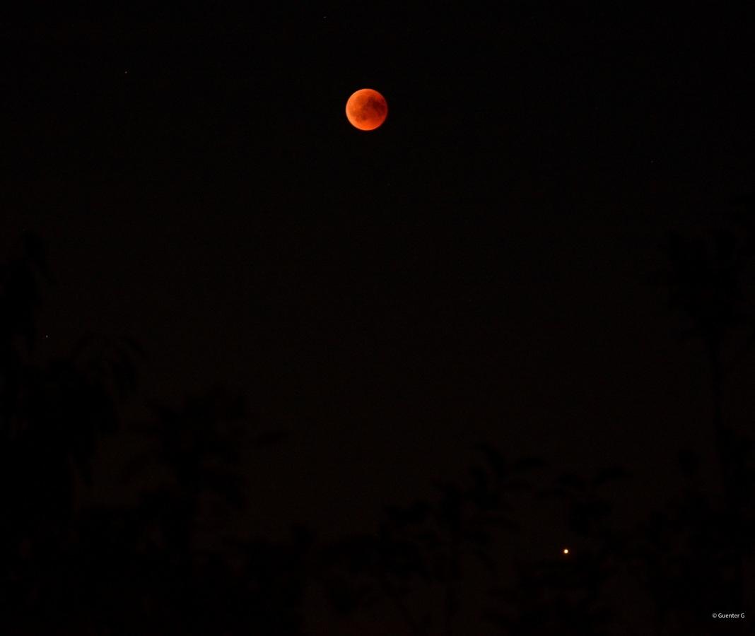 Blutmond über dem Brohltal und Mars