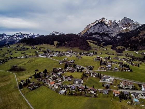 Blick über Wildhaus auf den Säntis (Kanton St. Gallen)